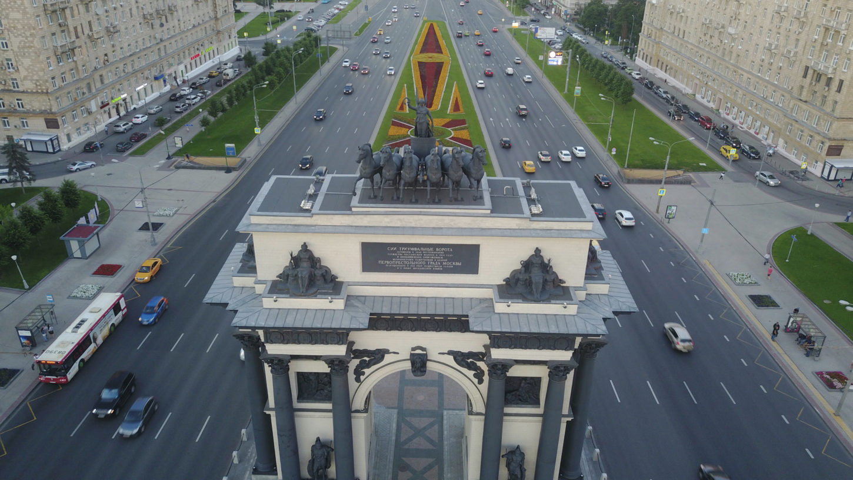 фото верхней части московской Триумфальной арки