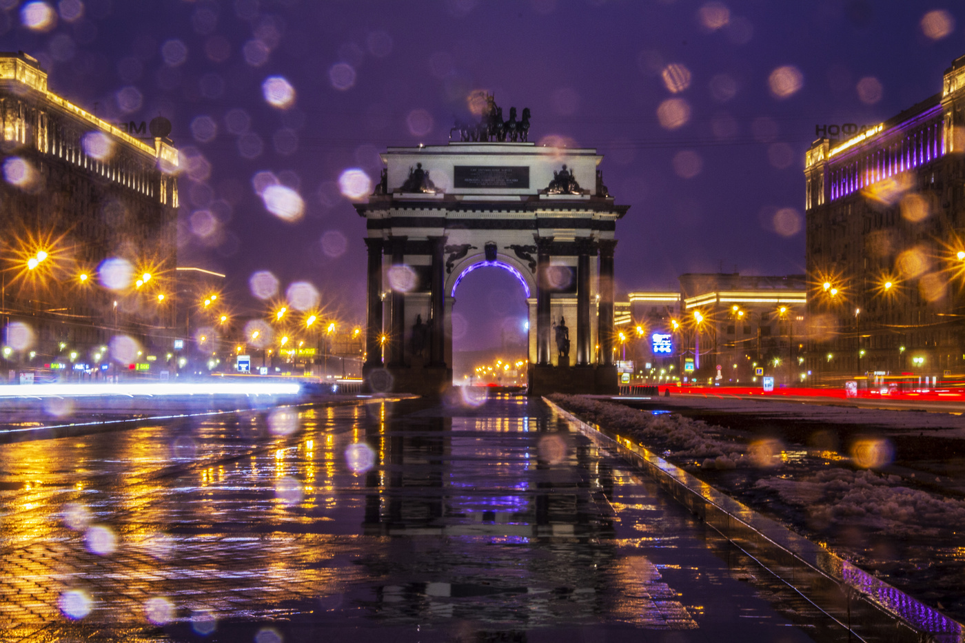 фото Триумфальной арки в Москве ночью