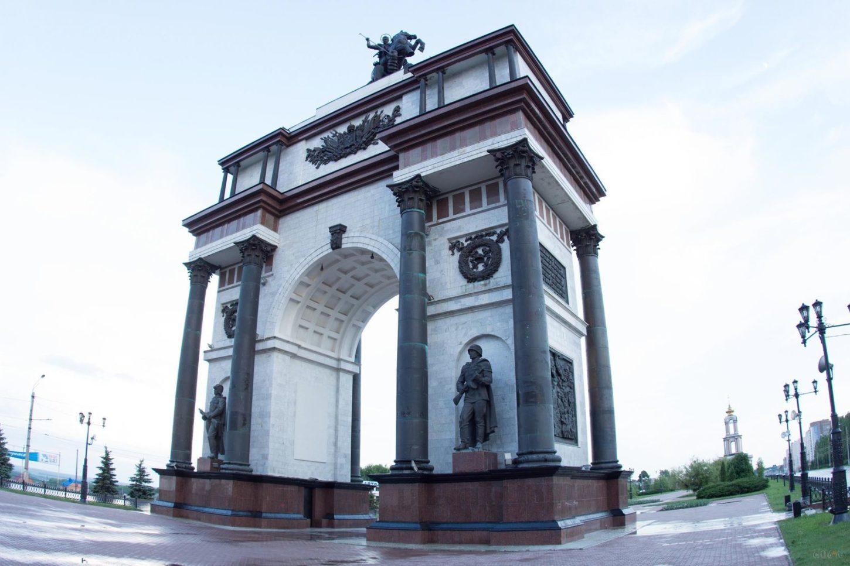 Триумфальная арка в Курске вид сбоку фотография