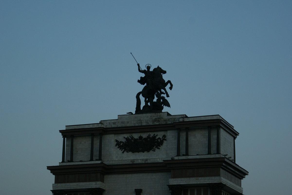 верхняя часть Триумфальной арки - скульптура Георгия Победоносца фото
