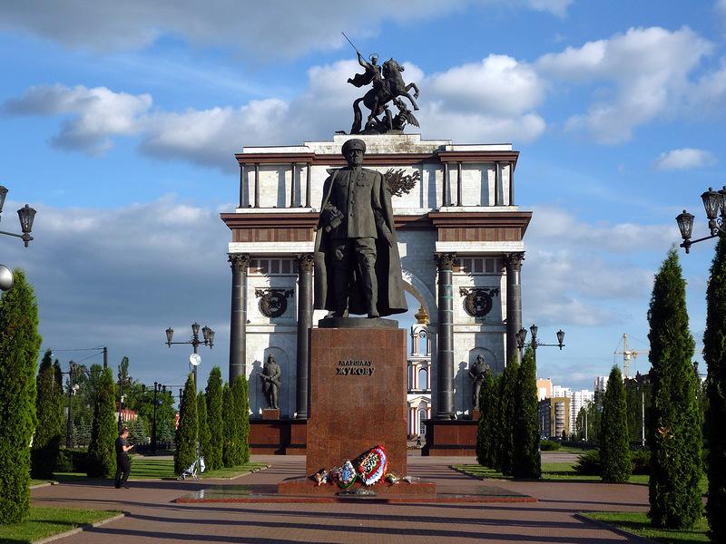 Курская Триумфальная арка и памятник Жукову фото