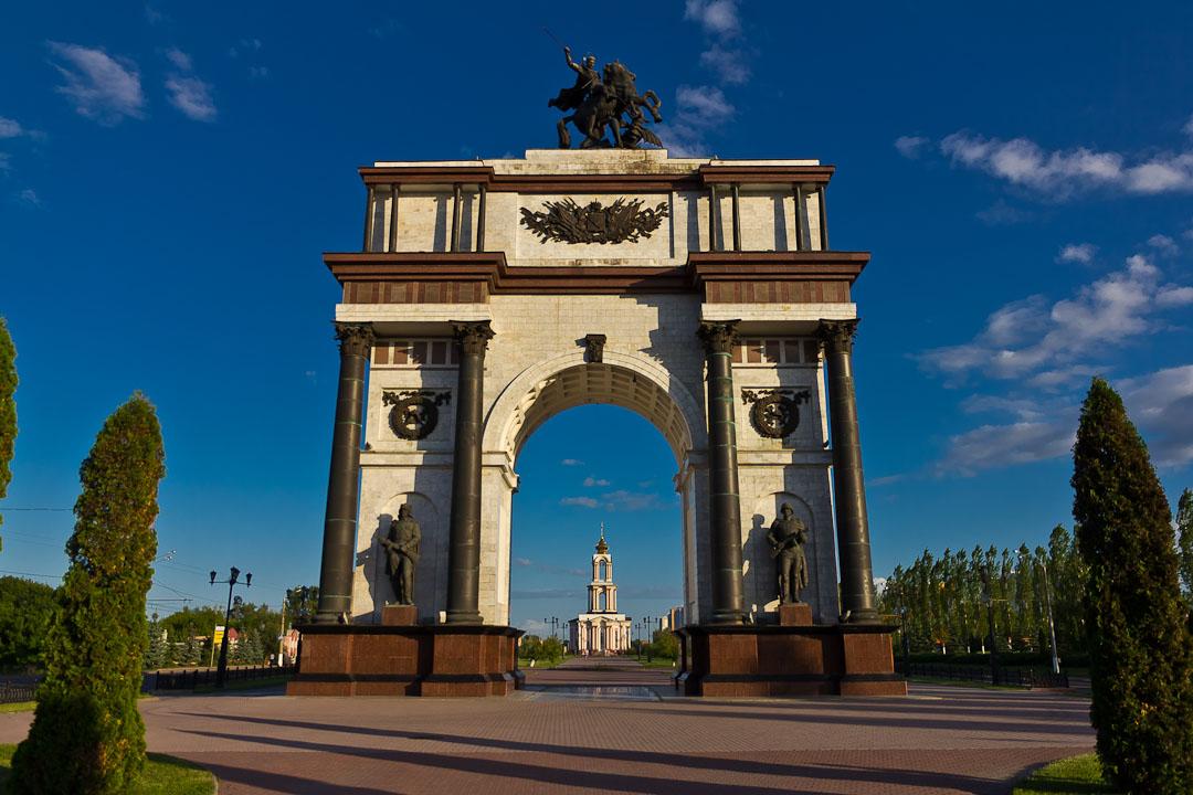 вид снизу на Курскую Триумфальную арку фото
