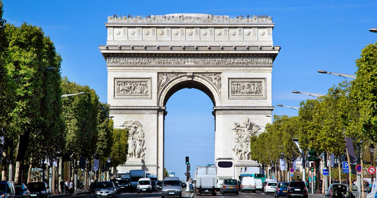 Триумфальная арка в Париже вид вблизи фото