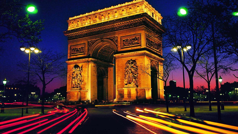 вид на арку Триумфа в Париже ночью фото