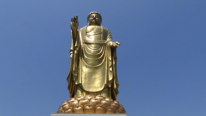 вид снизу на статую Будды Весеннего Храма