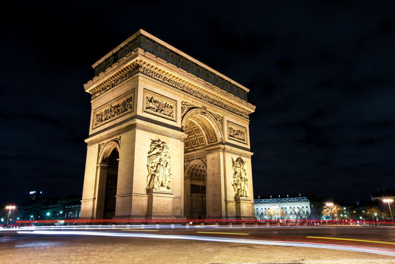 Триумфальная арка в Париже вид сбоку фото