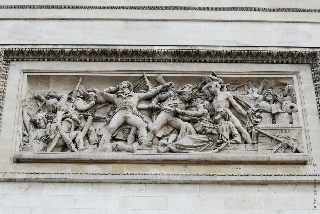 элемент барельефа на Триумфальной арке в Париже фото