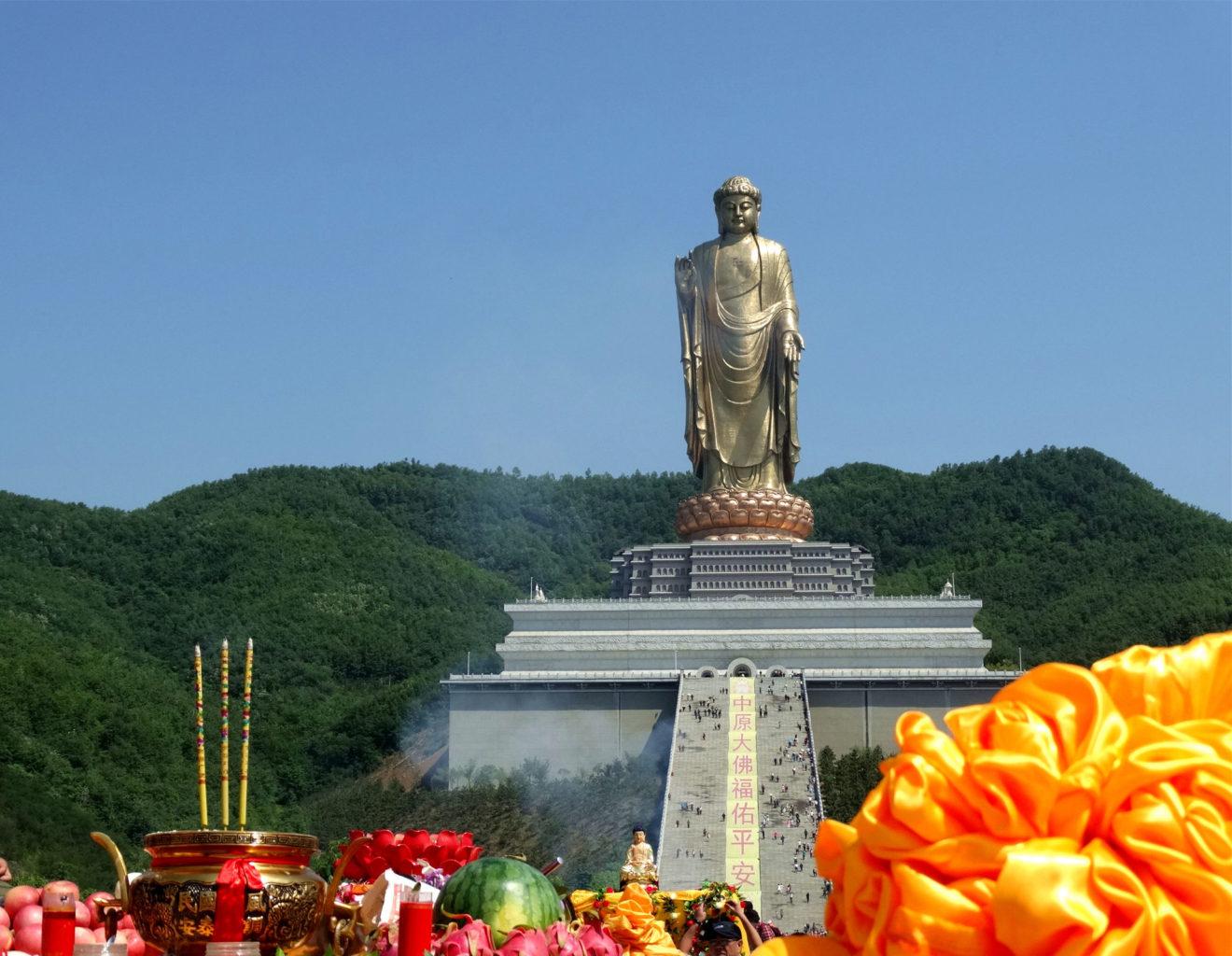 фотография подножья самой высокой статуи в мире Будда Весеннего Храма