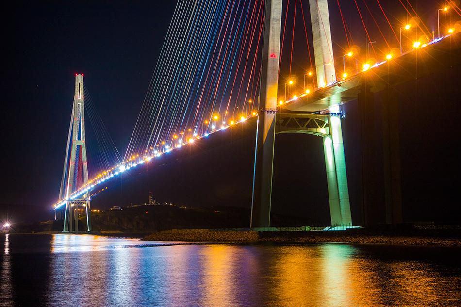 фото подсветки моста Русский во Владивостоке