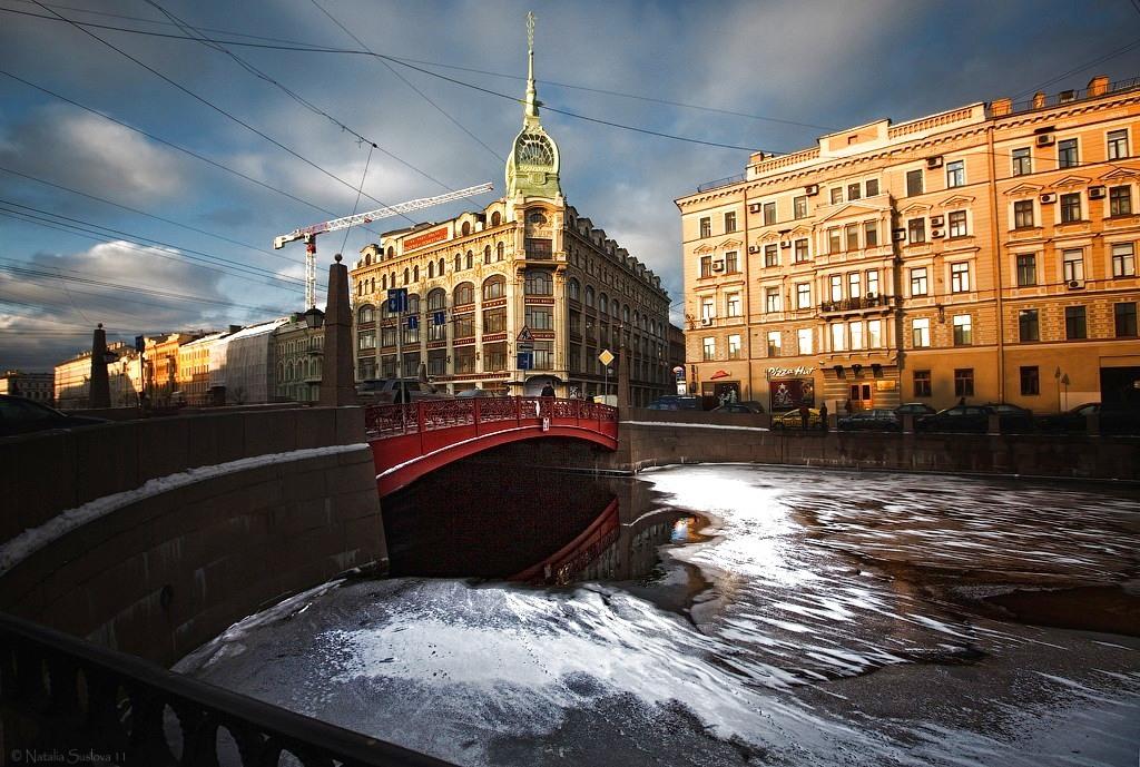 фотография вида сбоку на Красный мост в Петербурге