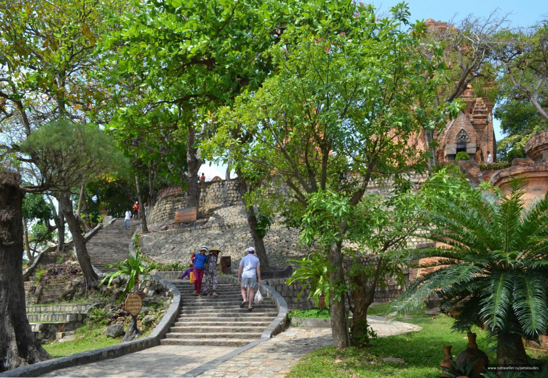 фотография ступеней к башням По Нагар