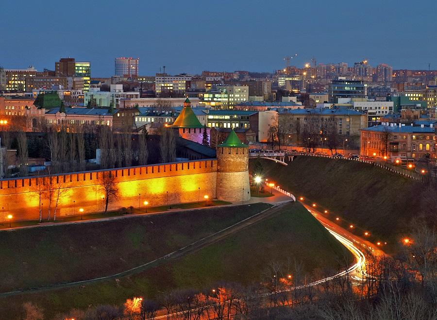 вечерний вид Коромысловой башни в Нижнем Новгороде фото