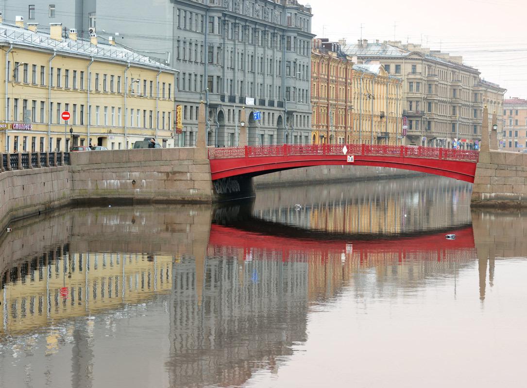 Красный мост в Санкт-Петербурге вид из воды фотография