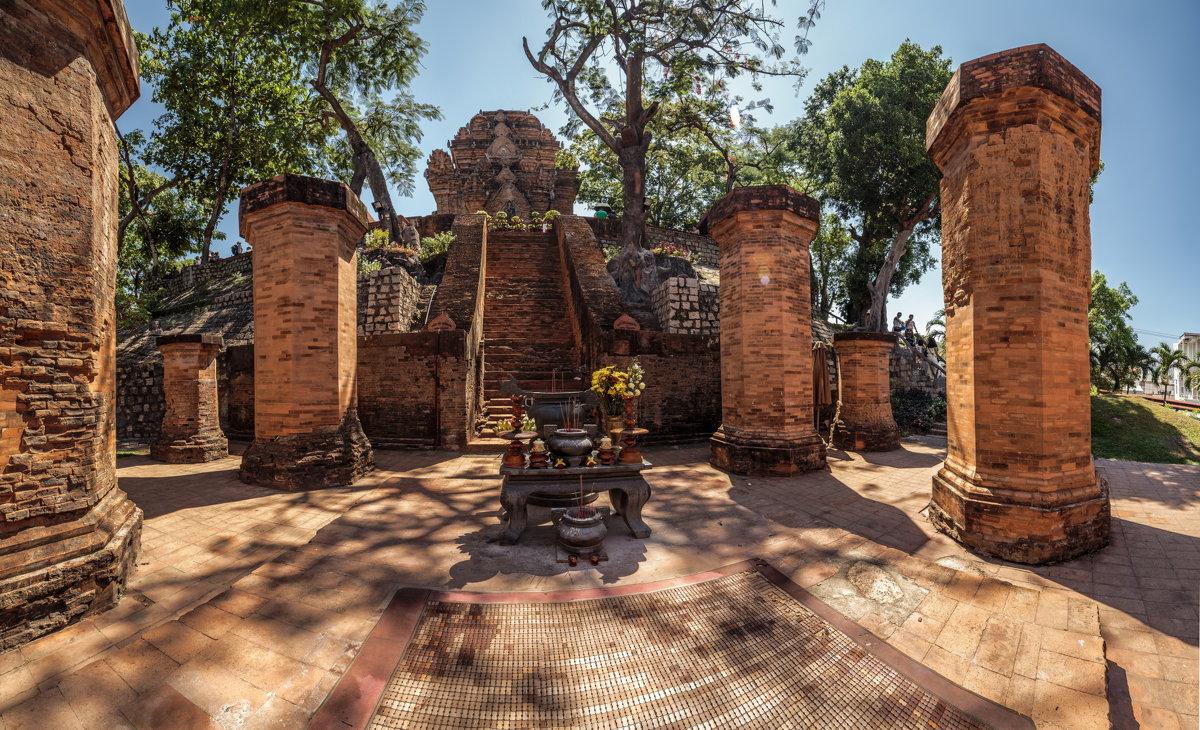 колонны башен По Нагар в Нячанге фото