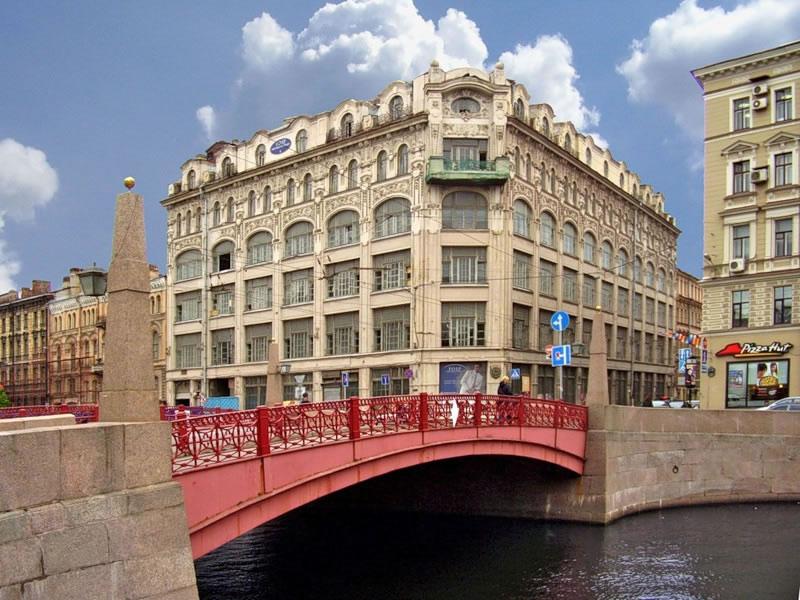 вид вблизи на Красный мост в Санкт-Петербурге фото