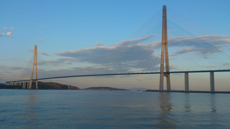 мост на остров Русский вид с воды фотография