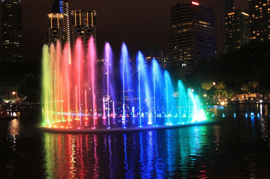 фото фонтанов у башен Петронас