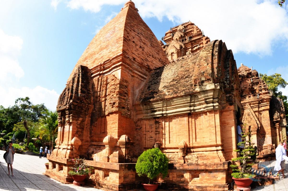 фасады башен По Нагар в Нячанге фото