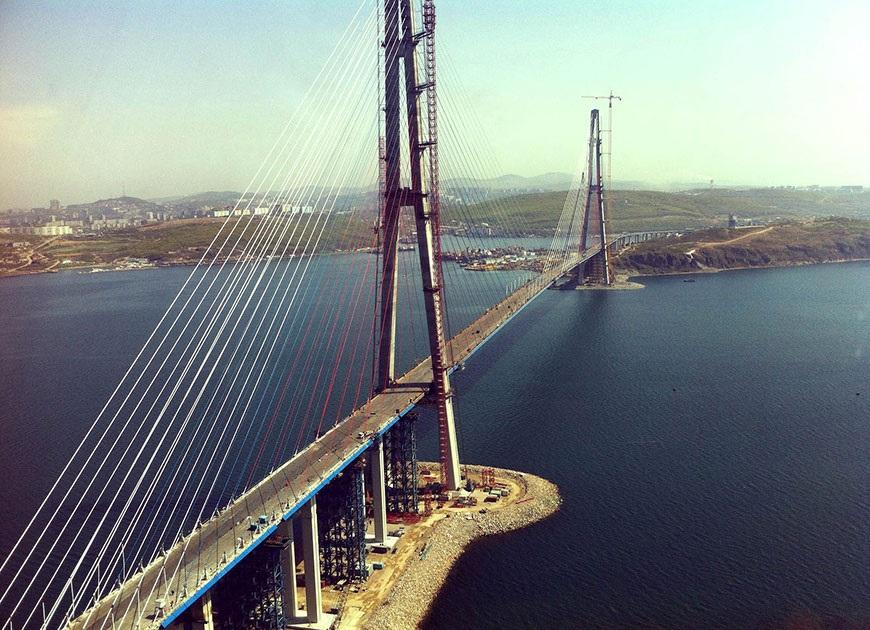 фото вида сверху на Русский мост