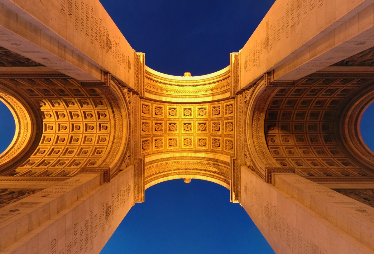 парижская Триумфальная арка вид снизу