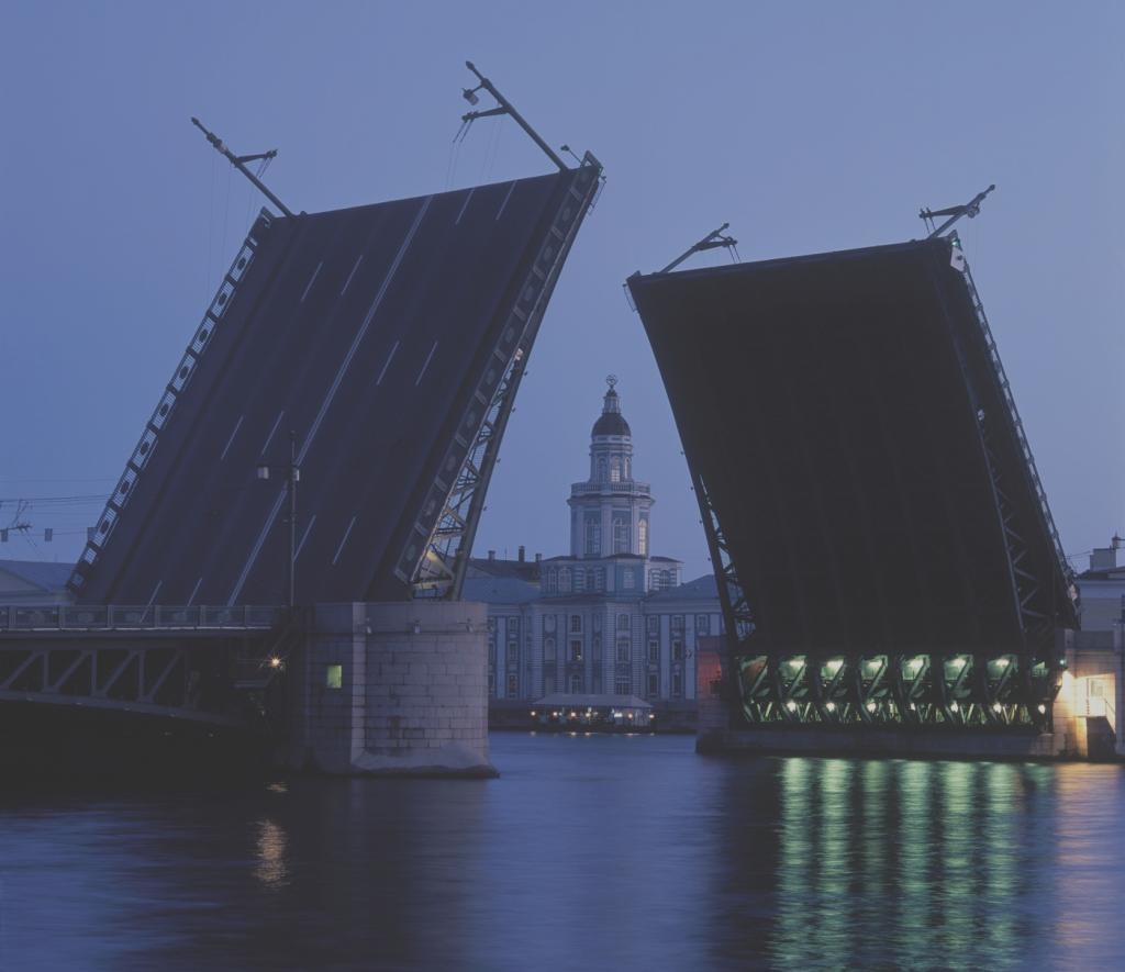 фотография вида на Дворцовый мост из воды