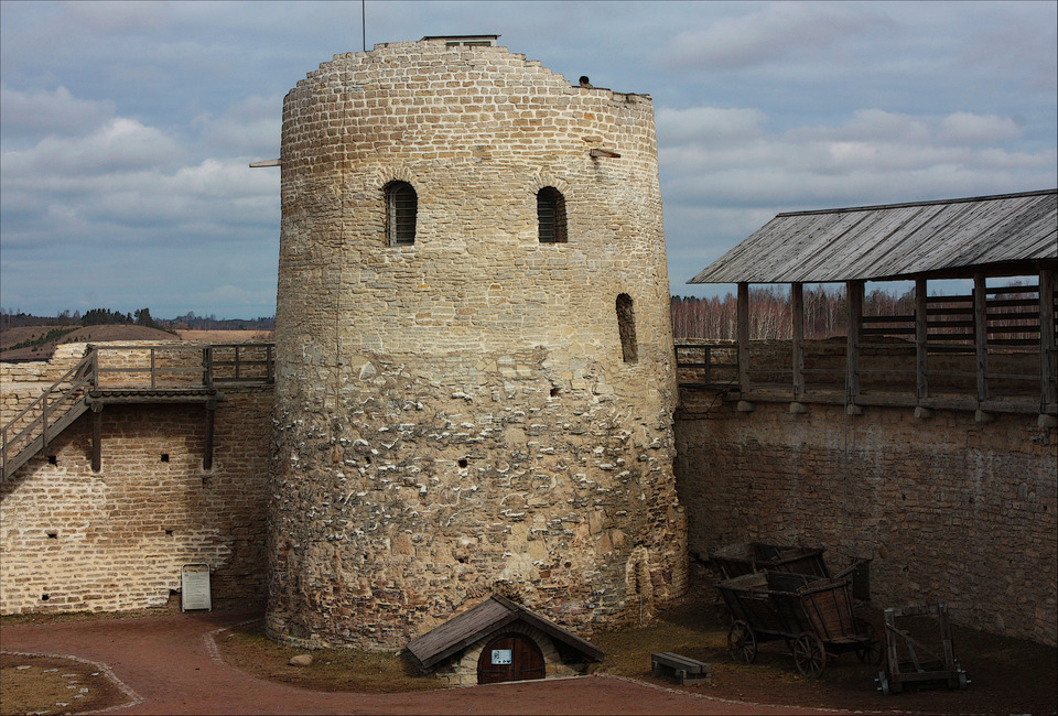 башня Луковка Изборской крепости фото