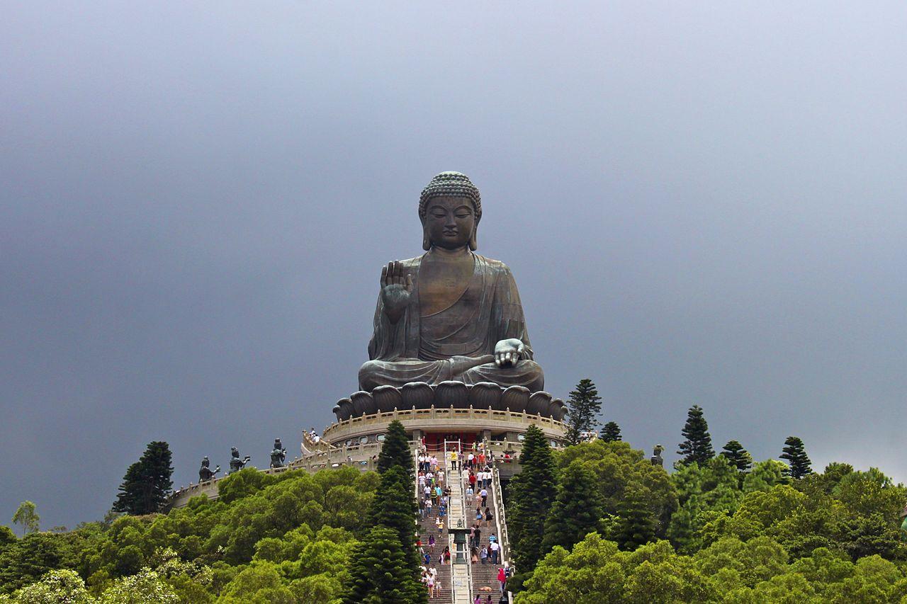 ступени к Большому Будде в Гонконге фото