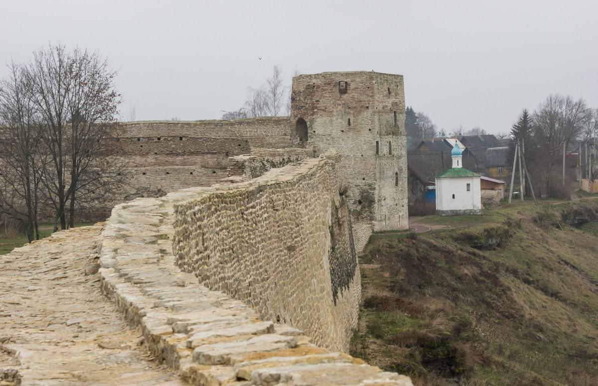 фото стен Изборской крепости