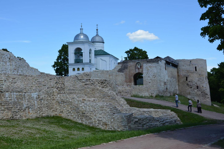 фото вида на Изборскую крепость