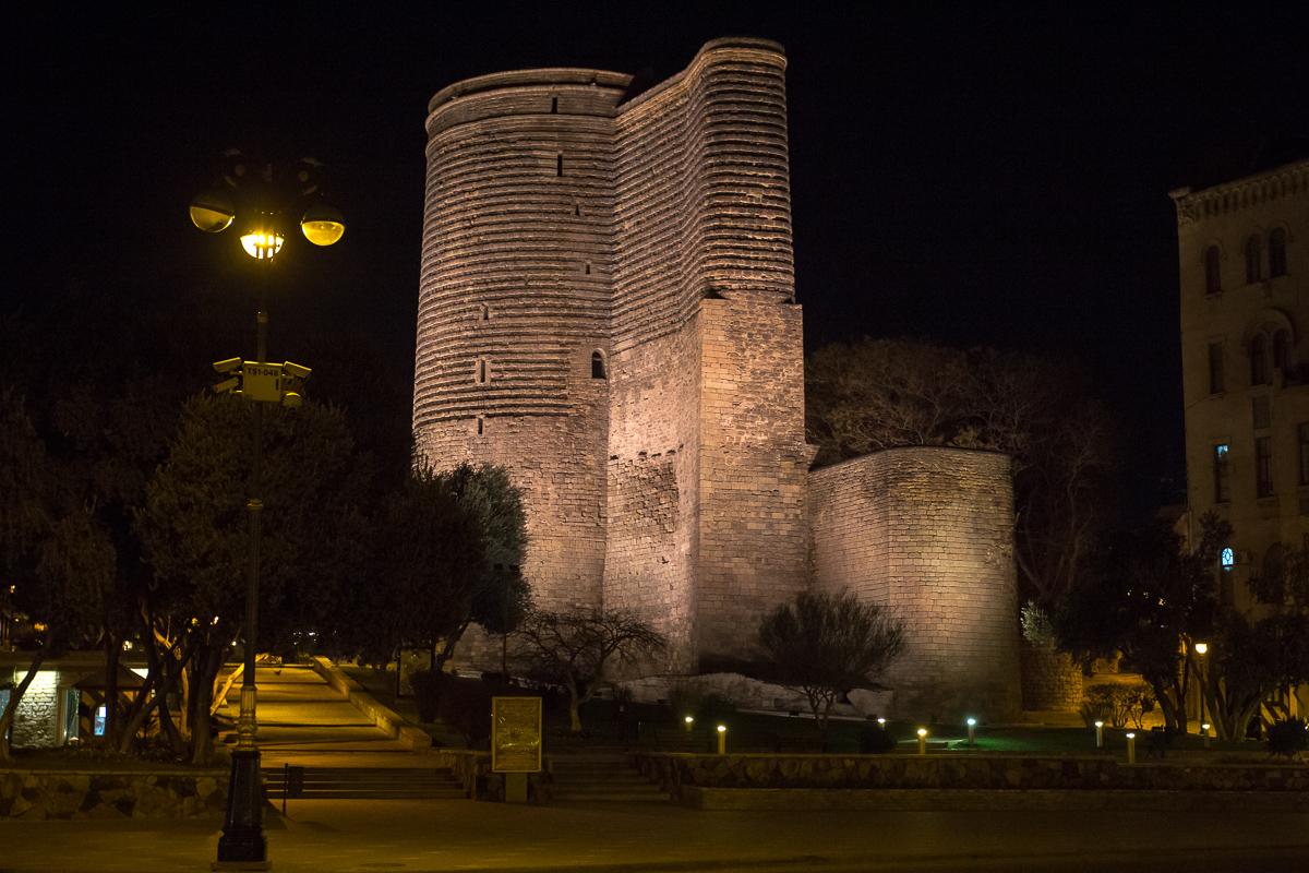 Девичья башня в Баку вечером фото