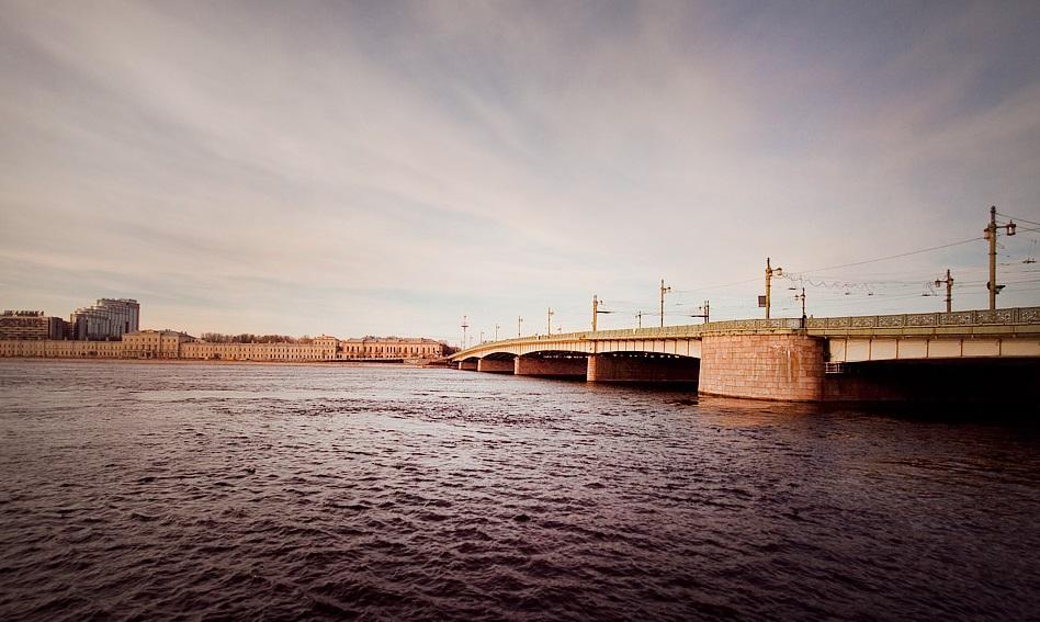 вид на Литейный мост из воды фотография