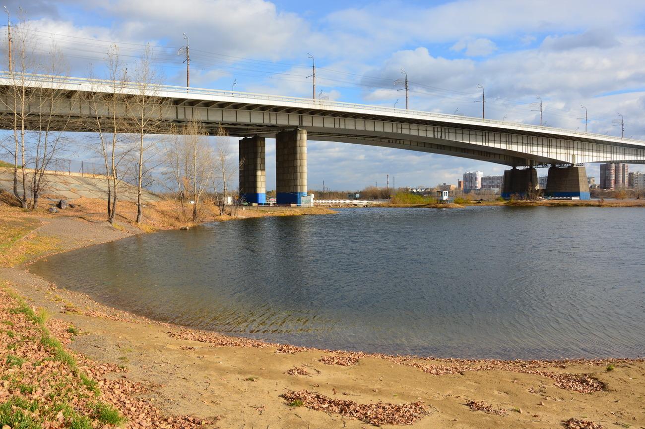 вид из воды на красноярский Октябрьский мост фото