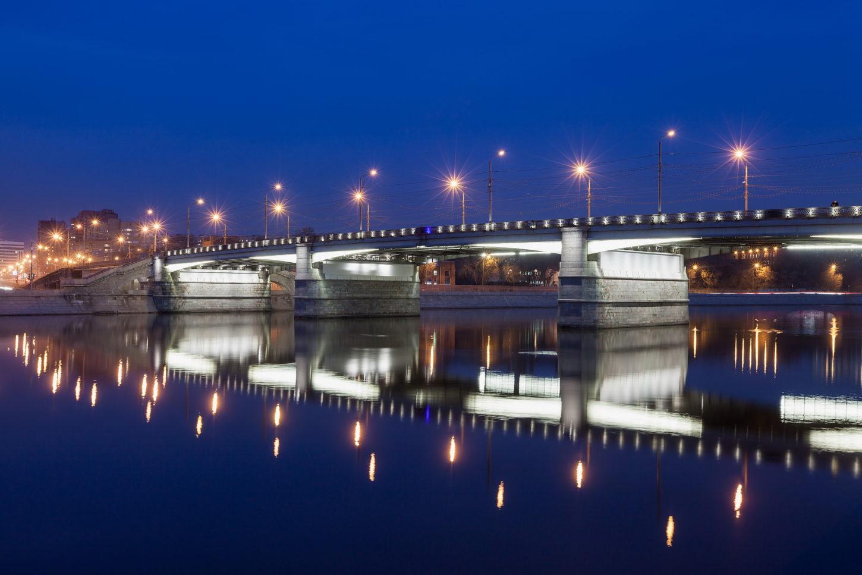подсветка Новоспасского моста ночью фотография