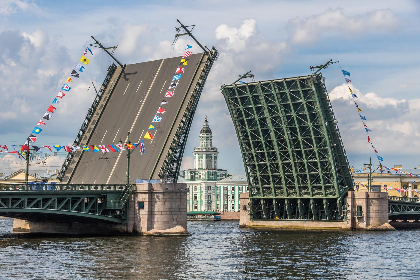 вид на разведенный петербургский Дворцовый мост фото