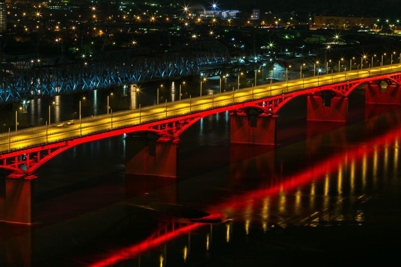 фото подсветки Октябрьского моста в Красноярске