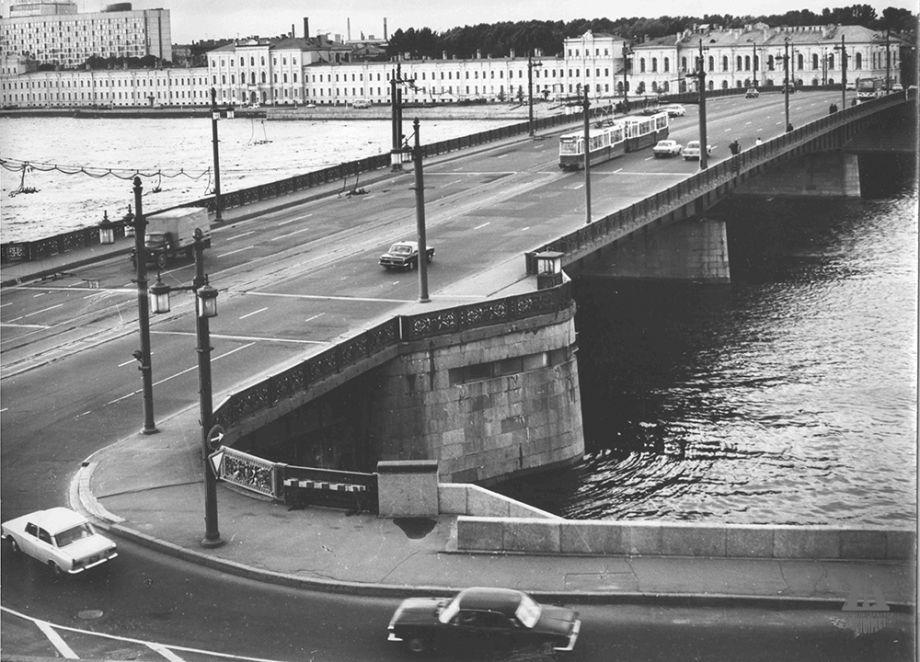 на Литейном мосту в Санкт-Петербурге фото