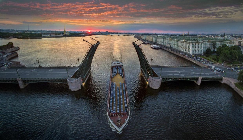 фото на разведенном Дворцовом мосту