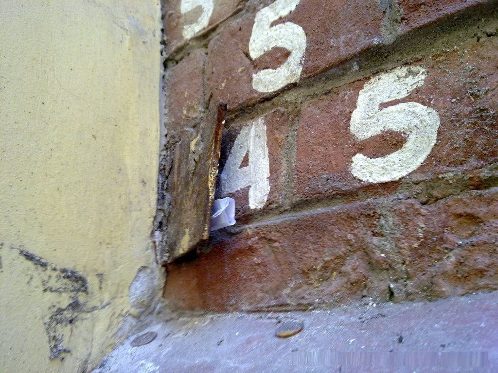 фотография цифр на Башне грифонов в Санкт-Петербурге