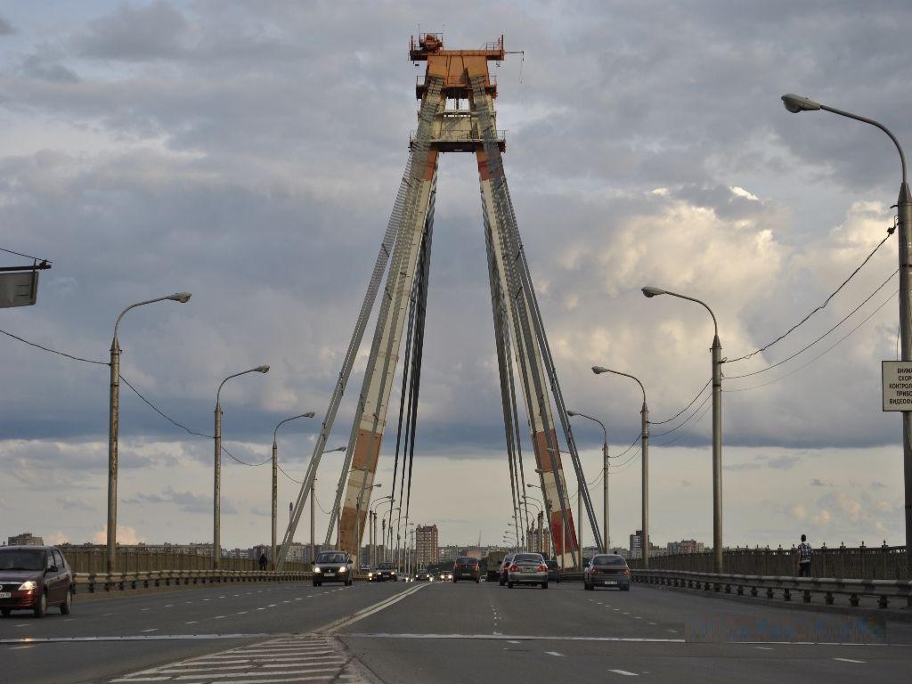 движение по Октябрьскому мосту в Череповце фотография