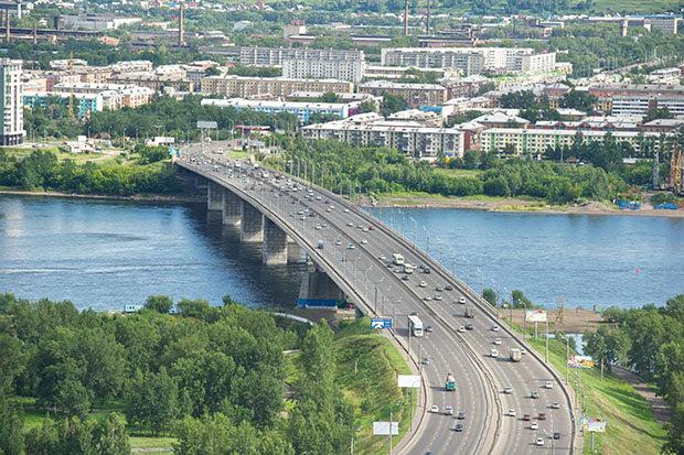 полосы движения на Октябрьском мосту в Красноярске фотография