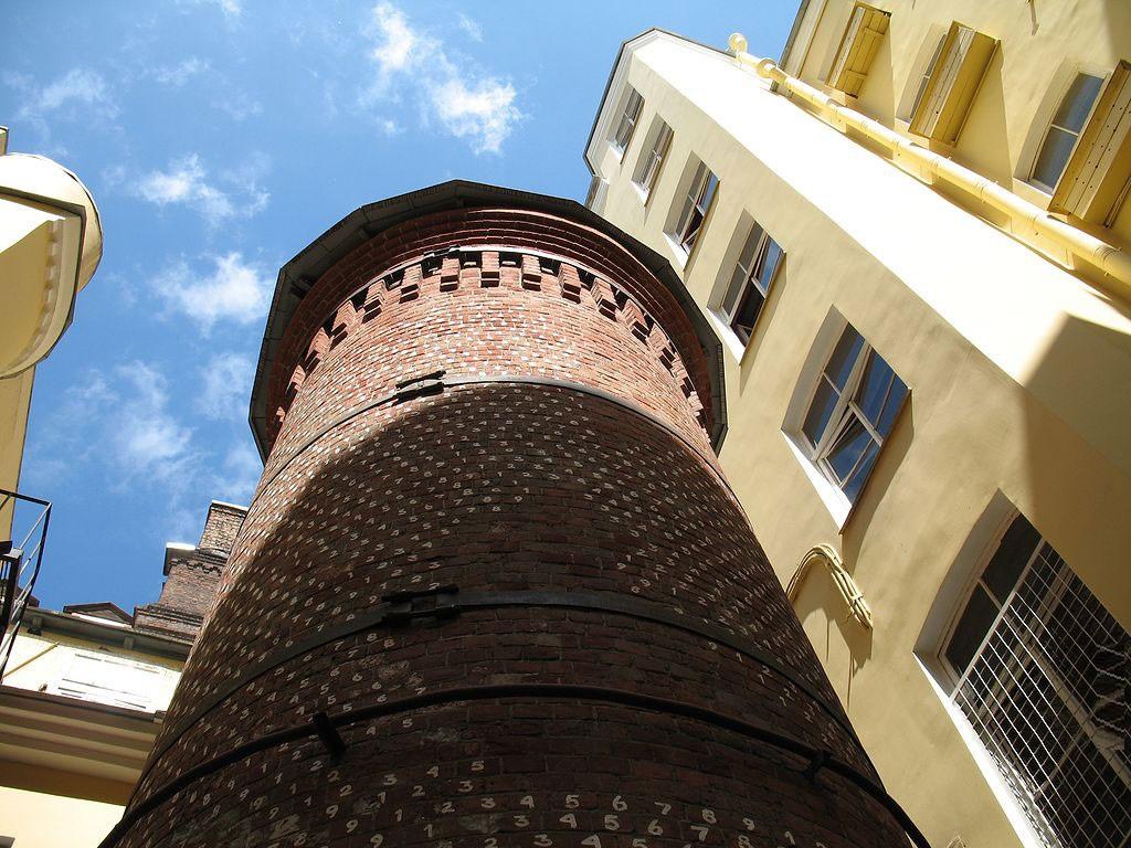вид снизу на Цифровую башню в Петербурге фото