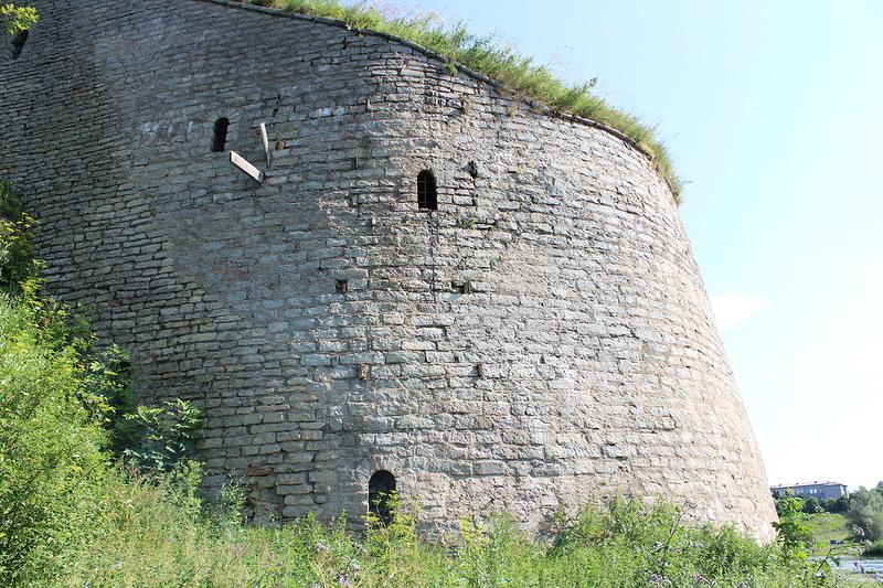 фото Пороховой башни крепости в Ивангороде