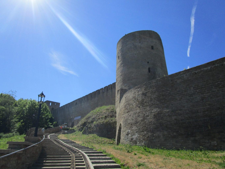 Длинношеея башня в Ивангородской крепости фото