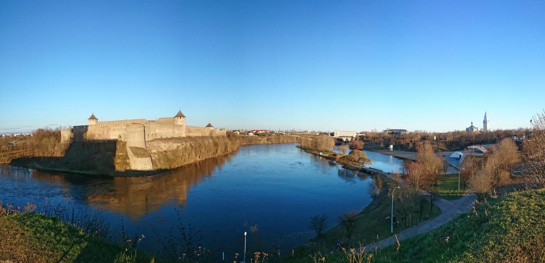 вид на Ивангородскую крепость фотография