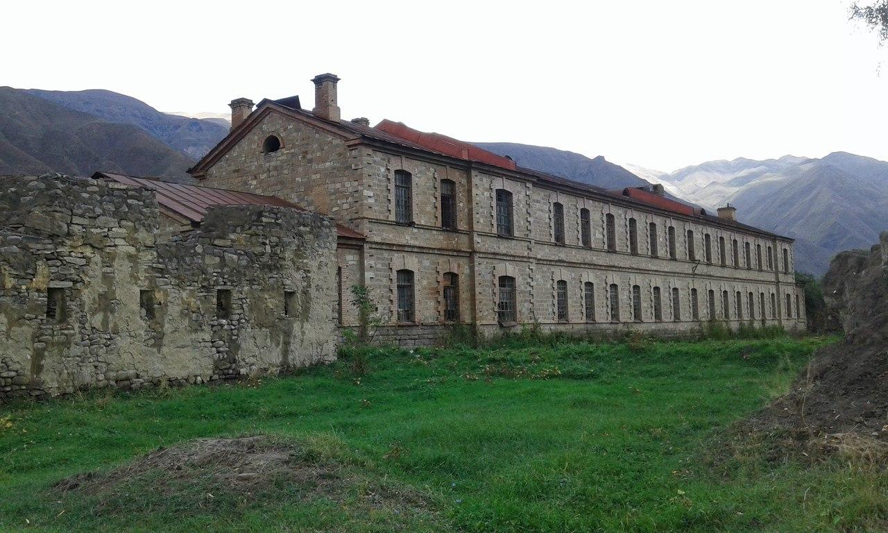 здание Ахтынской крепости фото