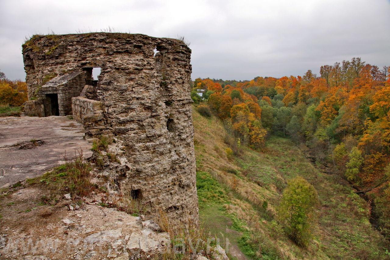 фото разрушенных стен крепости Копорье