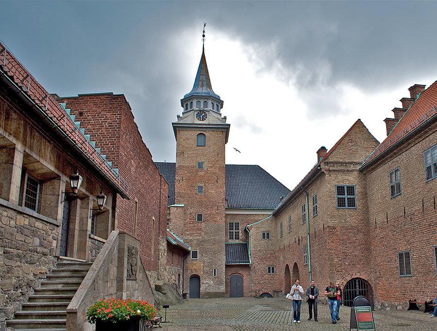 внутренний двор крепости Акерсхус в Норвегии фото