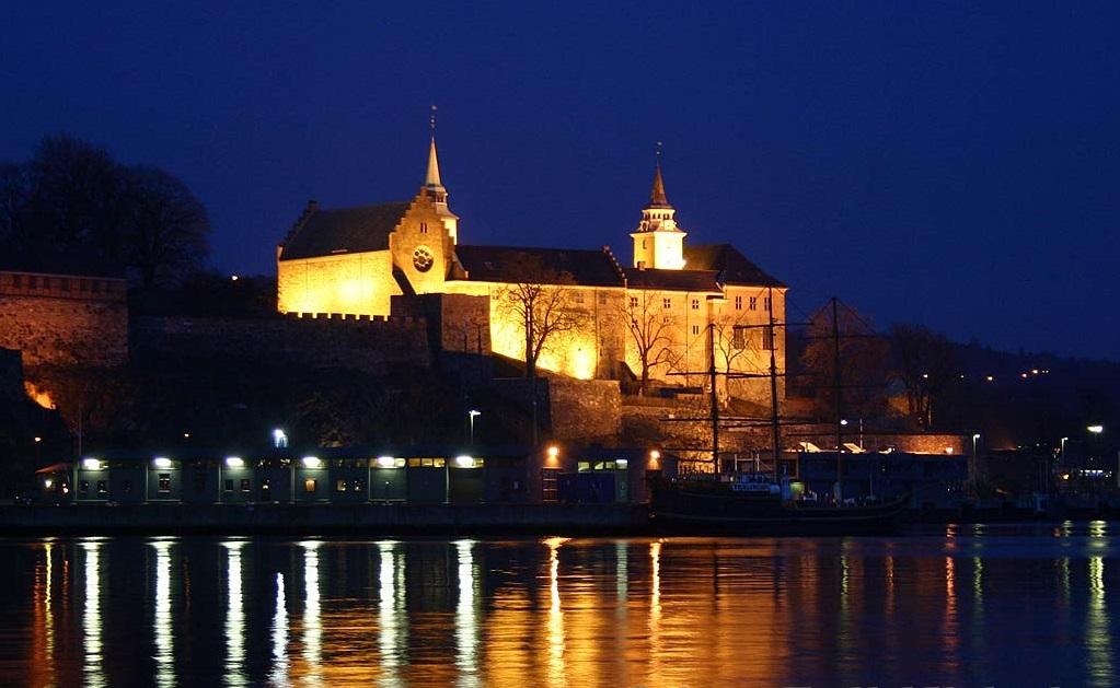 вечерняя подсветка крепости Акерсхус фотография