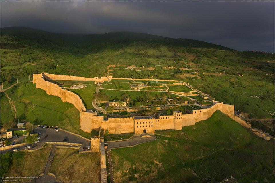 вид на крепость Нарын-Кала фото