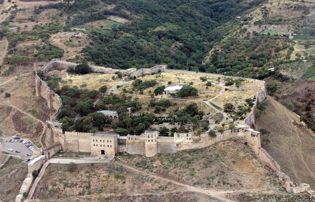 вид сверху на крепость Нарын-Кала в Дагестане фотография